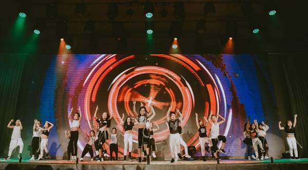 doi-quan-dancer-nhi-huong-dan-hang-tram-nguoi-lon-nhay-flashmob-2