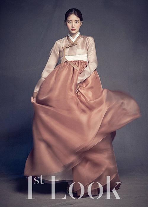 mot-hanbok-mac-cung-vay-xep-ly-khoe-chan-cua-gioi-tre-han-gay-tranh-cai