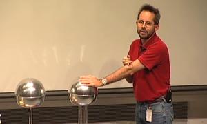 Tại sao đưa tay vào ổ điện 120 V thì chết nhưng chạm vào quả cầu 200.000 V lại an toàn?