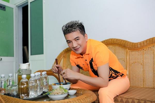 theo-chan-48-gio-lam-viec-khong-ngung-nghi-cua-dam-vinh-hung-3