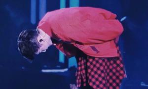 Lay (EXO) cúi gập người cảm ơn khán giả gần 2 phút khiến fan xúc động