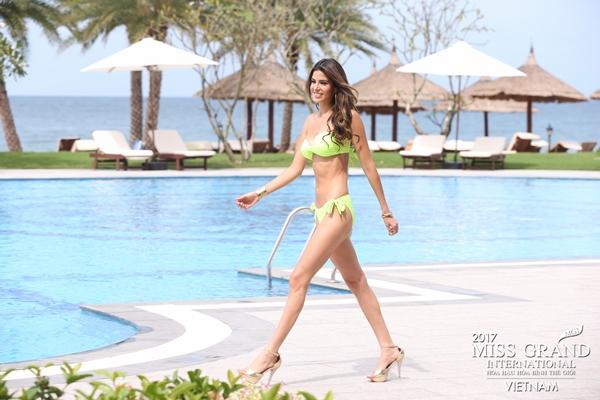 thi-sinh-hoa-hau-hoa-binh-the-gioi-lo-dui-to-eo-kem-thon-khi-trinh-dien-bikini