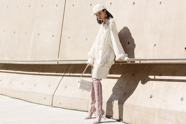 phi-phuong-anh-bien-hoa-da-sac-mau-trong-ngay-dau-seuol-fashion-week