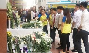 Bạn bè đặt hoa cầu nguyện cho nam sinh bị máng nước rơi trúng đầu