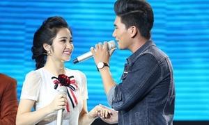 Hòa Minzy bất chấp hình tượng lao lên sân khấu 'tỏ tình' với trai đẹp