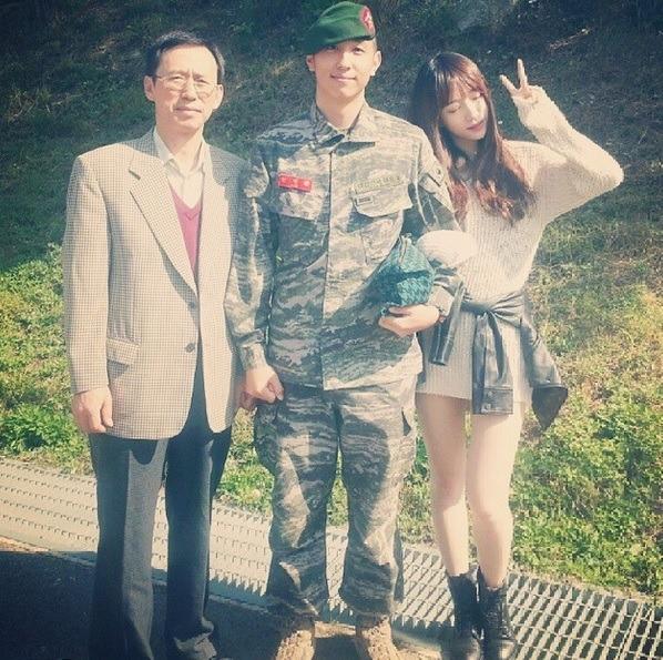 nhung-idol-kpop-co-em-trai-thuong-dan-dep-khong-kem-anh-chi-9