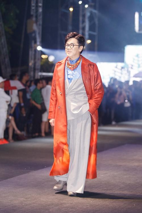 dan-sao-khong-chuyen-tu-tin-catwalk-tren-pho-di-bo-nguyen-hue-1