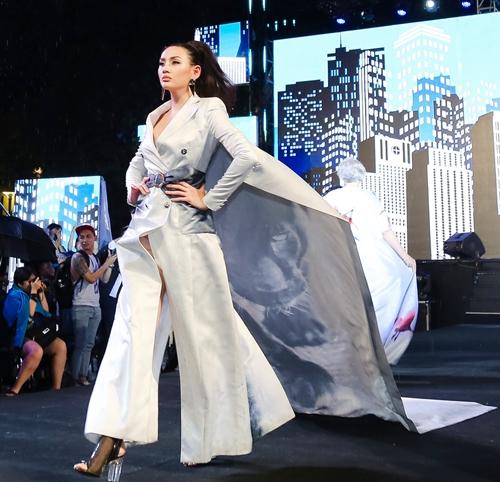 dan-sao-khong-chuyen-tu-tin-catwalk-tren-pho-di-bo-nguyen-hue-5