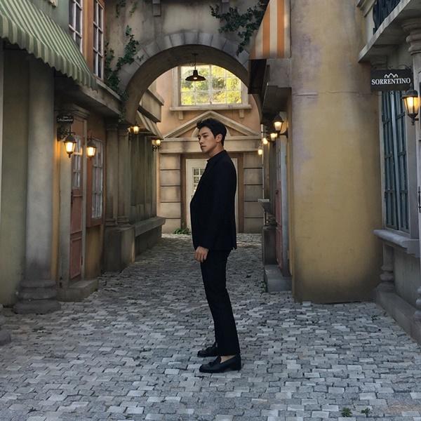 sao-han-28-10-lee-jong-suk-deo-tai-tho-cute-na-eun-chup-thieu-sang-van-xinh-5