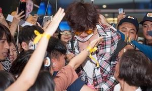 Fan Việt giận dữ vì Lee Kwang Soo bị xô đẩy, đụng chạm ở sân bay