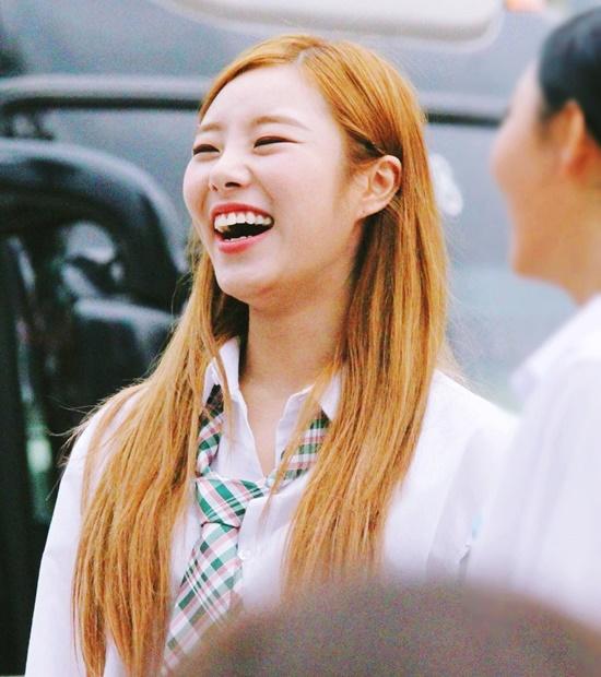 6-nu-idol-mo-mieng-cuoi-la-mat-sach-hinh-tuong-4