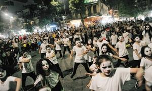Hàng trăm 'ma nhí' hóa trang cầu kỳ trên phố đi bộ Hà Nội