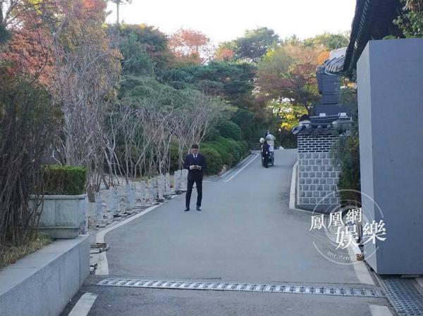 bo-song-joong-ki-gian-di-xuat-hien-tai-khach-san-3
