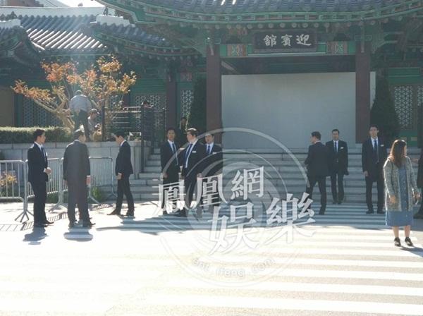 song-joong-ki-che-o-giau-mat-den-hon-le-song-hye-kyo-xuat-hien-gian-di-5