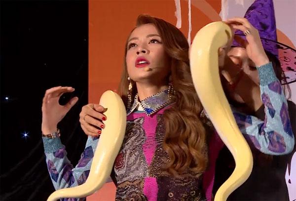 Trong show Boss your love (tối ngày 17/10), Minh Hằng tham gia thử thách cùng Gil Lê.