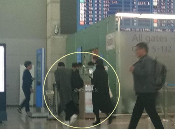 Song Joong Ki - Song Hye Kyo bị phát hiện xuất hiện ở sân bay sau đám cưới.