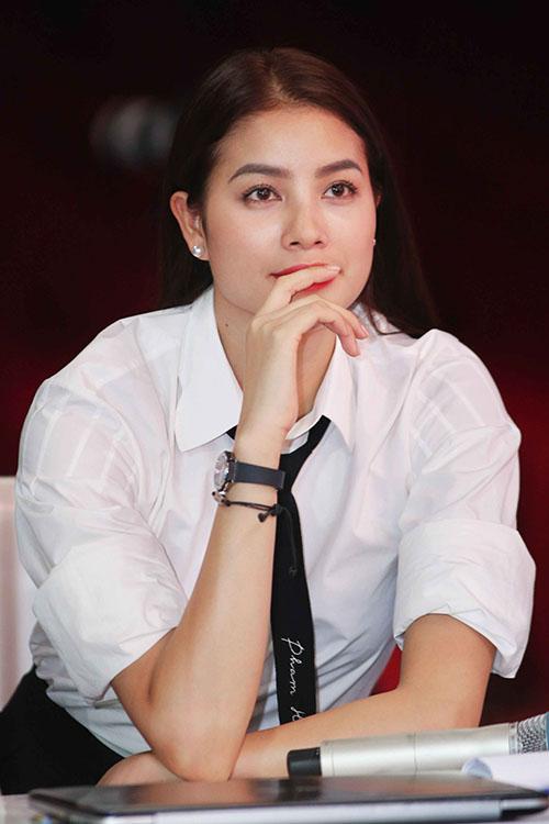pham-huong-bich-phuong-dien-tong-den-trang-o-san-bay-10