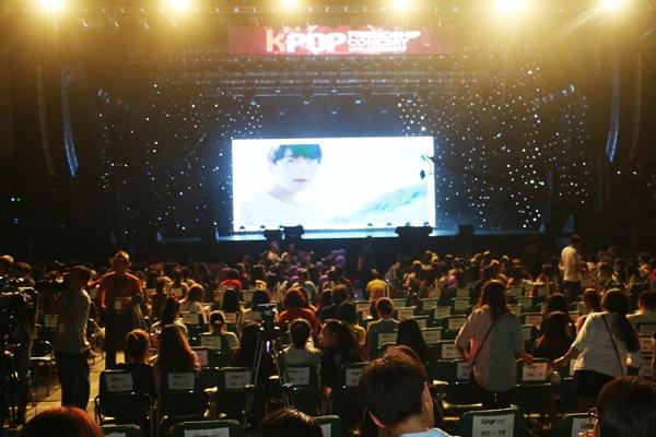 fan-viet-doi-mua-di-gap-hang-loat-sao-kpop-8