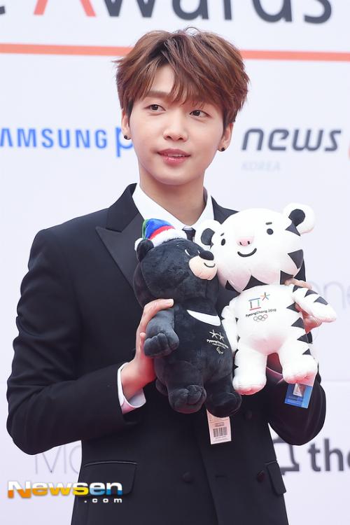 dan-sao-kpop-hung-hau-tren-tham-do-asia-artist-awards-6