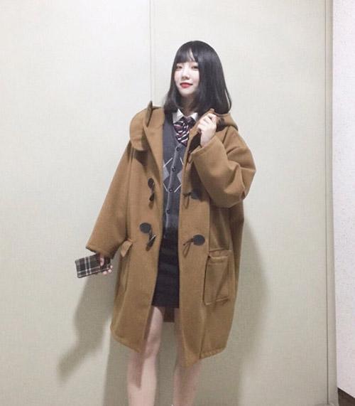 kieu-ao-khoac-hot-nhat-mua-dong-nu-sinh-han-nao-cung-co-2