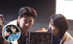Lộ ảnh hậu trường Suzy ngẩn ngơ ngắm Lee Jong Suk