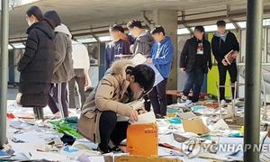 Hoãn thi đại học, học sinh Hàn lục thùng rác tìm sách vở vừa vứt