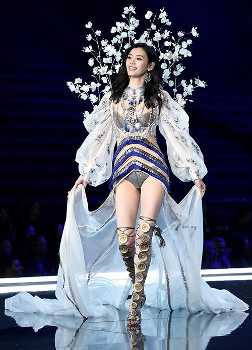 kha-nang-catwalk-dieu-nghe-cua-ming-xi-truoc-khi-vo-ech-o-victorias-secret-show-1