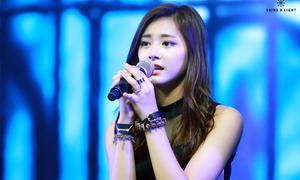 3 thần tượng Hàn đứng một chỗ hát live vẫn dở tệ
