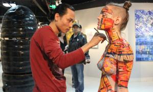 Nam họa sĩ gạt bỏ rung động giới tính để vẽ trên cơ thể mẫu nữ