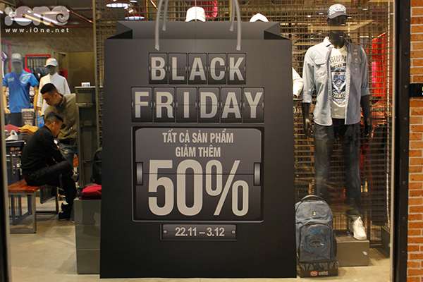black-friday-khach-xep-hang-ca-tieng-nhieu-shop-het-sach-do-de-ban