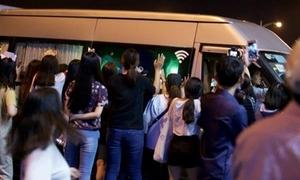 Fan đập cửa xe, hò hét khi Wanna One đến Việt Nam