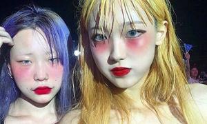 Mốt mặt 'say rượu' kiểu Nhật được teen Hàn biến tấu kỳ quặc