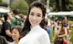 'Mẹ hai con' Elly Trần diện áo dài trắng như nữ sinh