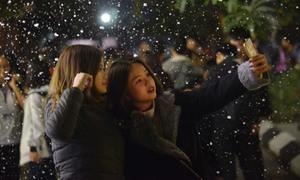 ĐH Thăng Long gây ghen tỵ vì có tuyết rơi trên sân trường