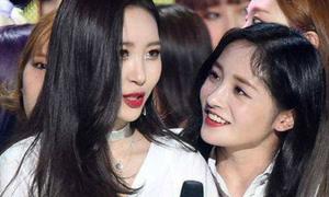 Nữ idol để lộ biểu cảm 'khó kiềm chế' khi gặp loạt girl crush