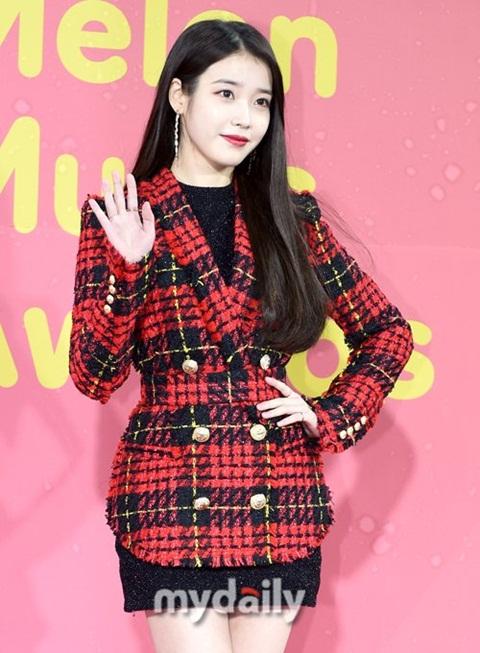 Năm 2017, nữ ca sĩ liên tục ra nhiều ca khúc xuất sắc, đứng đầu nhiều bảng xếp hạng. IU vừa đoạt Nữ ca sĩ xuất sắc ở MAMA.