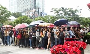 Fan nối đuôi dài trên phố đi bộ chờ mua album mới của Mỹ Tâm
