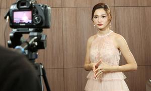 Thí sinh Hoa hậu Hoàn vũ ấp úng trả bài dù đọc vài câu ngắn