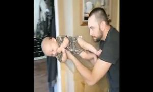 Cách các ông bố chơi với con khi mẹ vắng nhà