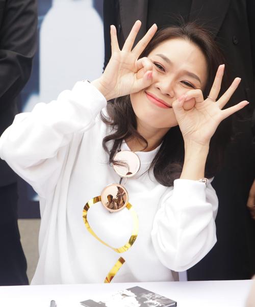hang-nghin-fan-ha-thanh-vay-kin-pho-di-bo-cho-xin-chu-ky-my-tam-6