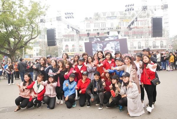 hang-nghin-fan-ha-thanh-vay-kin-pho-di-bo-cho-xin-chu-ky-my-tam-3