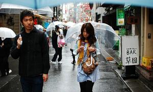 Vì sao người Nhật Bản thích dùng ô màu đen và trong suốt?