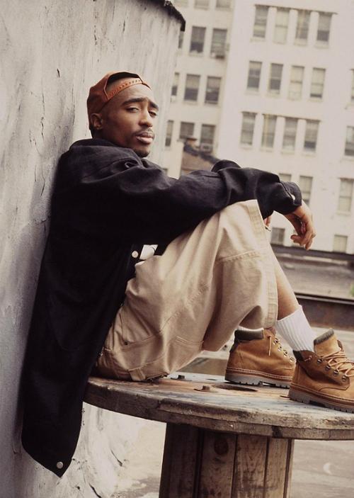 vu-sat-hai-rapper-tupac-shakur-ngoi-sao-som-lui-tan-chi-vi-mau-thuan-nho-1