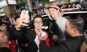 DJ đình đám thế giới Armin van Buuren bị fan Việt vây kín ở sân bay