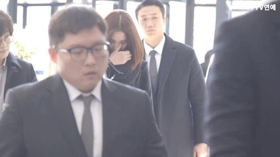 yoon-ah-iu-bts-dau-buon-den-vieng-kim-jong-hyun-3