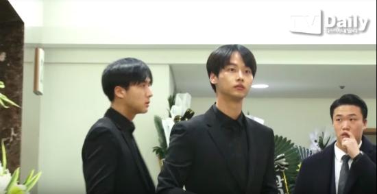 yoon-ah-iu-bts-dau-buon-den-vieng-kim-jong-hyun-10
