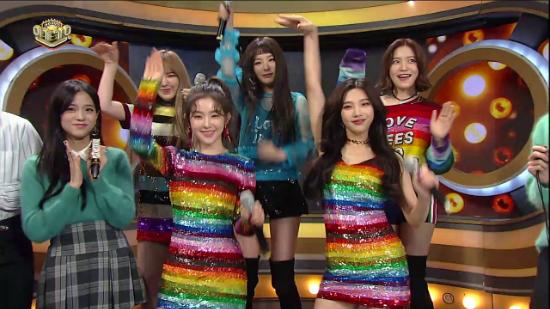 ji-soo-black-pink-khong-ngai-do-sac-voi-cac-my-nhan-kpop-8