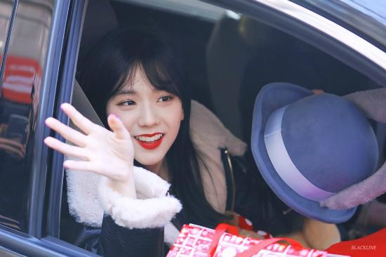 ji-soo-black-pink-khong-ngai-do-sac-voi-cac-my-nhan-kpop