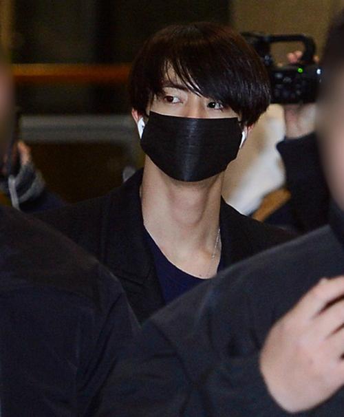 EXO, BTS mặc đồ đen, cúi mặt ra sân bay sau đám tang Jong Hyun