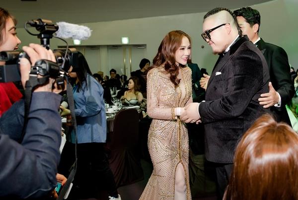 Kelly Nguyễn thân thiết với Sung Jae khi nhận giải người mẫu ở Hàn